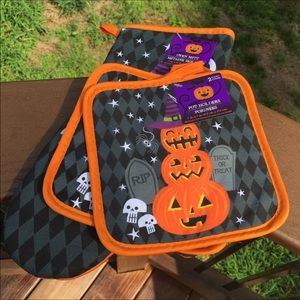 Other - New Halloween Oven Mitt & 2 Pot Holders